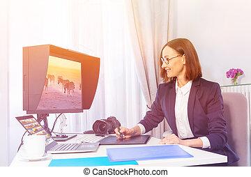 femme, moniteur, bureau, numérique, utilisation, dessin