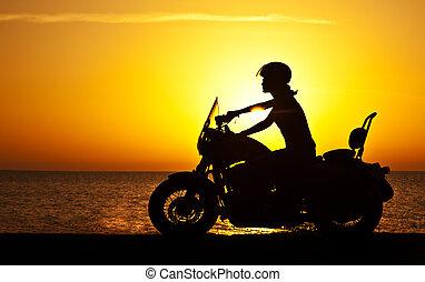 femme, motard, coucher soleil, sur