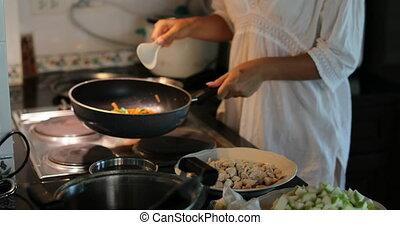 femme, moule, légumes, moderne, jeune, cuisine, friture, girl, cuisine, remuer, repas, préparer