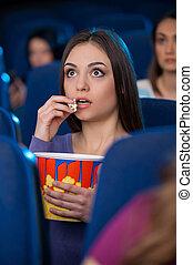 femme, movie!, regarder, pop-corn, jeune, séance, cinéma, surprenant, excité, film, manger, quoique