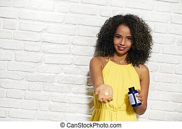 femme, mur, prendre, jeune, vitamine, noir, brique, pilules
