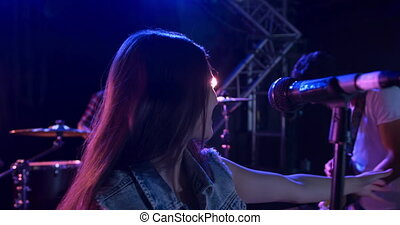 femme, musicien, pendant, concert, chant