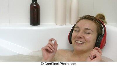 femme, musique écouter, bain