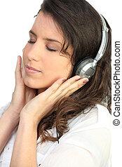 femme, musique écouter