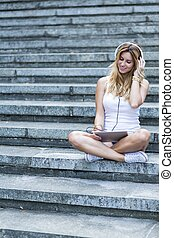 femme, musique écouter, tablette