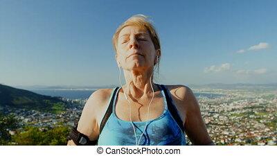 femme, musique, campagne, écouteurs, 4k, écoute, personne agee