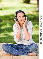 femme, musique, jeune, écoute, heureux