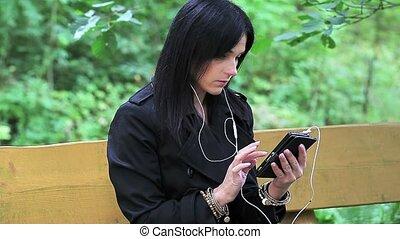 femme, musique, parc, écouter