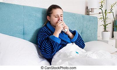 femme, nasale, grippe, jeune, lit, pulvérisation, malade, portrait, utilisation, mensonge