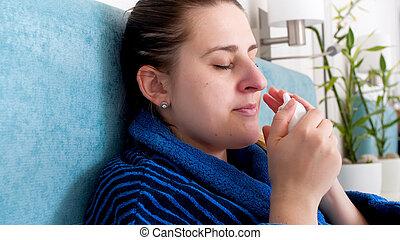 femme, nasale, jeune, rhinitis, pulvérisation, souffrance, portrait, utilisation