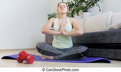 femme, natte yoga, délassant, métrage, pose, jeune, exercisme, 4k, fitness, après
