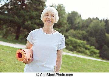 femme, natte yoga, positif, enchanté, tenue