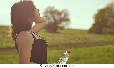 femme, nature, après, eau, boire, sport