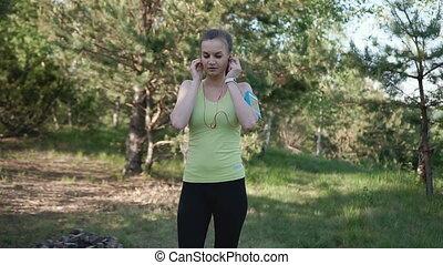 femme, nature, coureur, app, écouteurs, parc, jeune, sports, téléphone, courant, musique, intelligent, écoute, fitness, athlète, coucher soleil, girl, motivation., vêtements de sport