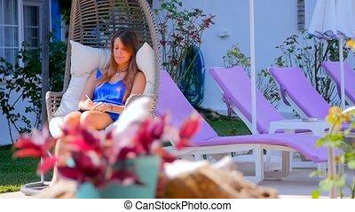 femme, notes, jeune, livre, confection, fauteuil bascule