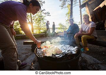 femme, nourriture, brochettes, grillade, fond, amis