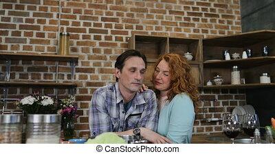 femme, nourriture, couple, chaque, ensemble, regarder, autre, préparer, homme, embrasser, cuisine maison, heureux