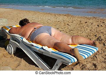 femme obèse, plage, prendre un bain de soleil