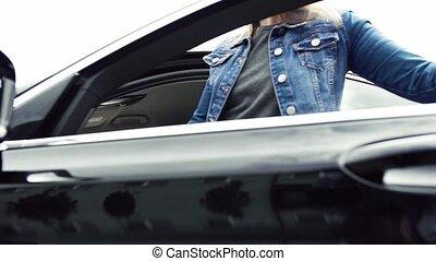 femme, obtenir, atteindre, jeune, siège, voiture, belt.