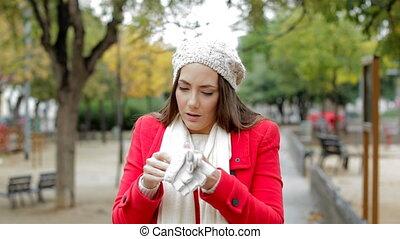 femme, obtenir, gants, mettre, froid, rouges