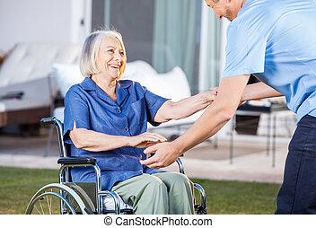femme, obtenir, gardien, fauteuil roulant, haut, portion,...