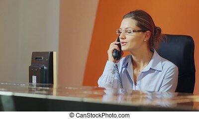 femme, opérateur, réception, hôtel