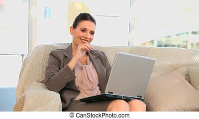 femme, ordinateur portable, business, heureux