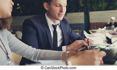 femme, ordinateur portable, cafe., table, discuter, homme