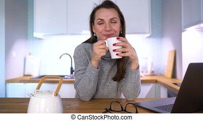 femme, ordinateur portable, caucasien, utilisation, petit déjeuner, avoir, cuisine
