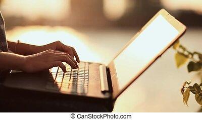 femme, ordinateur portable, dactylographie, ensoleillé, chaud, clavier, outdoors., jour, sunset.