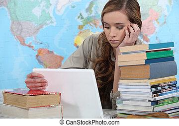 femme, ordinateur portable, entouré, jeune, livres, étudiant