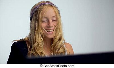 femme, ordinateur portable, jeune, portrait, utilisation, sourire