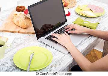 femme, ordinateur portable, jeune, quoique, informatique, utilisation, petit déjeuner, avoir
