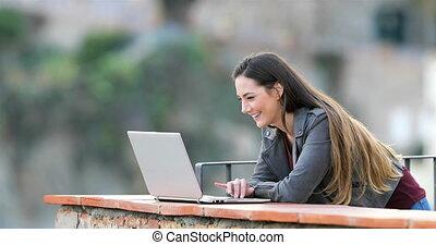 femme, ordinateur portable, ligne, contenu, brouter, heureux