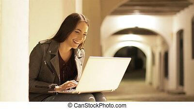 femme, ordinateur portable, nuit, contenu, brouter, heureux