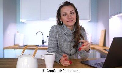 femme, ordinateur portable, portrait, utilisation, petit déjeuner, a, caucasien, cuisine