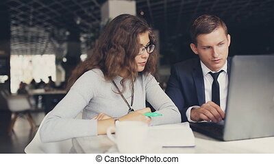 femme, ordinateur portable, projet, cafe., table, discuter, homme