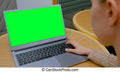 femme, ordinateur portable, regarder, informatique, vert, vide, café, écran