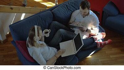 femme, ordinateur portable, tampon, maison, utilisation, homme