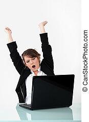 femme, ordinateur portatif, devant, faire gestes, heureux