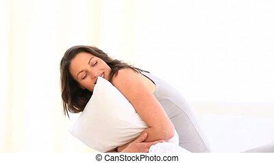 femme, oreiller, étreindre, heureux
