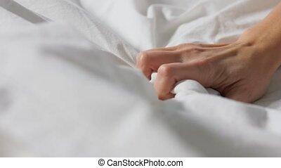 femme, ou, lindu lit, couverture, serrage, main, blanc
