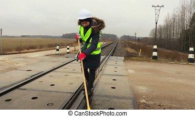 femme, ouvrier, coupure, prendre, propre, croisement, ferroviaire
