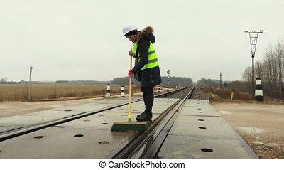 femme, ouvrier, propre, croisement, ferroviaire, hiver