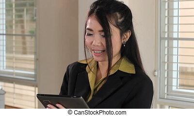 femme, ouvrier, tablette, bureau, asiatique
