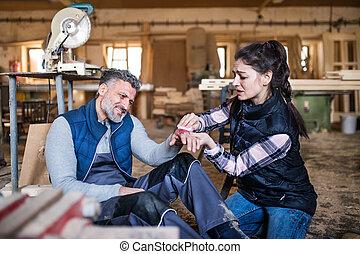 femme, ouvriers, après, accident, workshop., homme, charpenterie