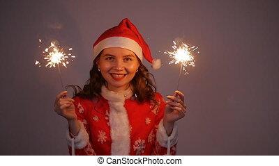 femme, père noël, jeune, noël, tenue, année, sparkler, nouveau, chapeau, ou, rouges