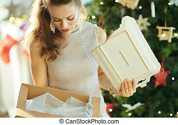 femme, paquet, arbre, cassé, traction, plat, noël, dehors