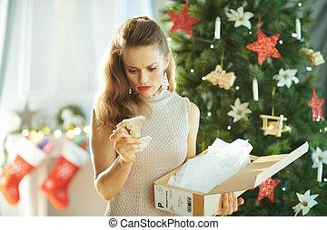 femme, paquet, arbre, regarder, cassé, plat, noël