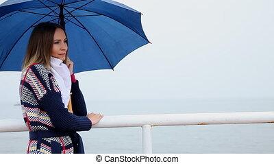 femme, parapluie, baiser, souffler